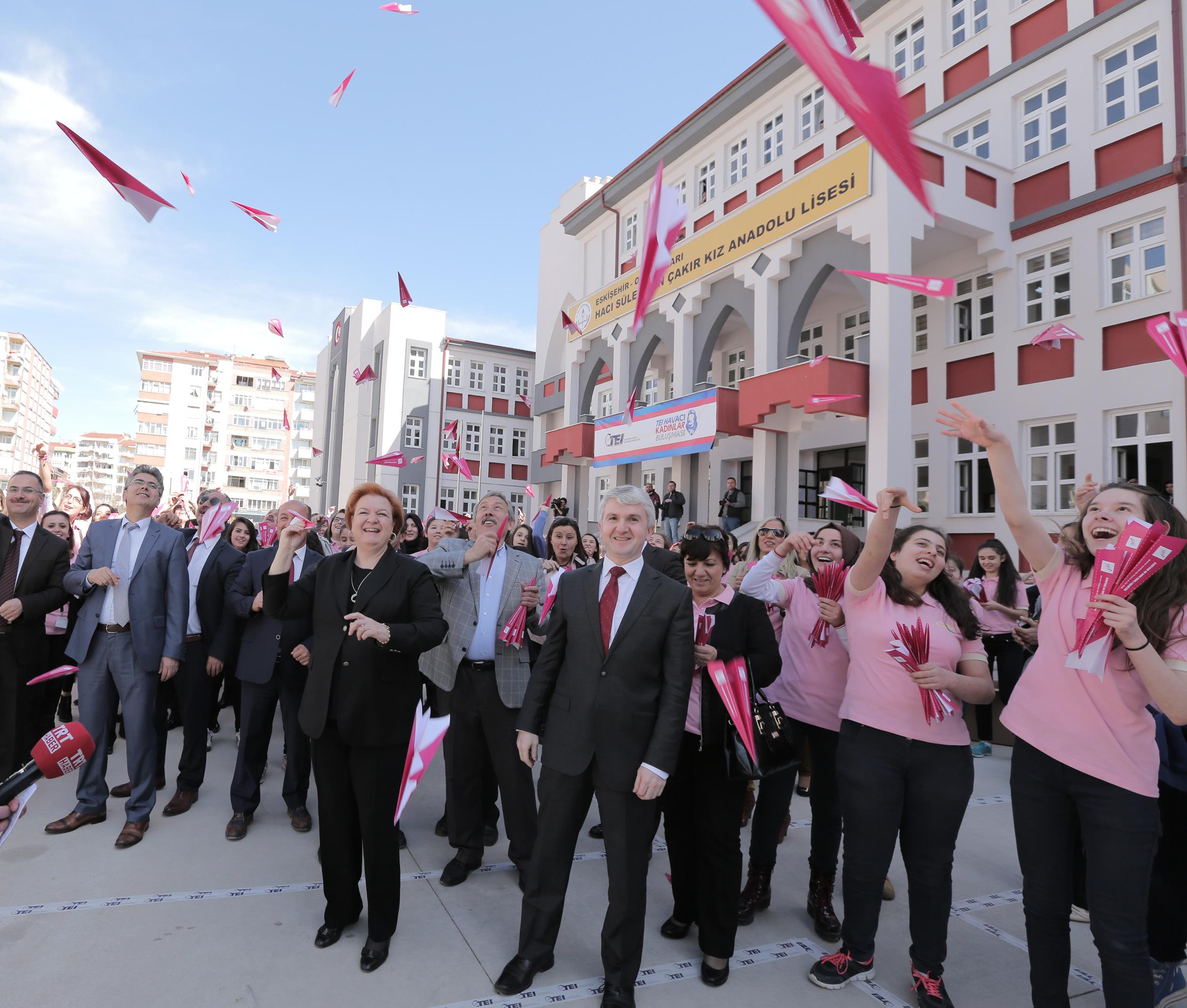 Eskişehir'de Kadınlar 8 Mart'ta Pembe Kağıt Uçaklarla Meydan Okudu